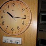 揺れる時計に