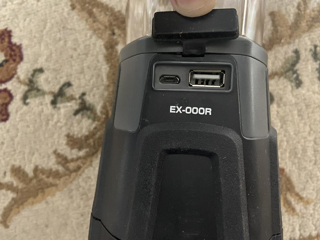 EX-000Rはモバイルバッテリーの役目もしてくれるんです。